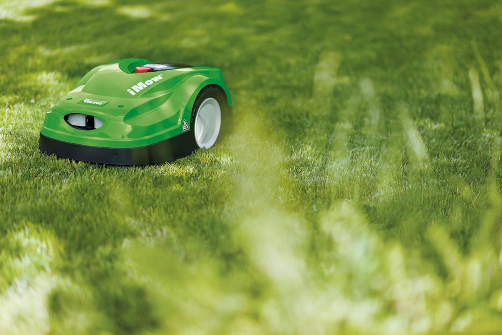 MI 422 P Robomäher fährt im Garten und hält den Rasen gepflegt